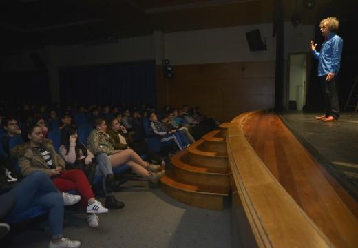 Máis de 250 rapaces asistiron á actuación de Serafín Marcos sobre o poeta Manuel María