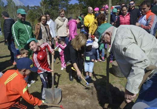 Máis dun cento de nenos do municipio participaron en San Roque no Día da Árbore