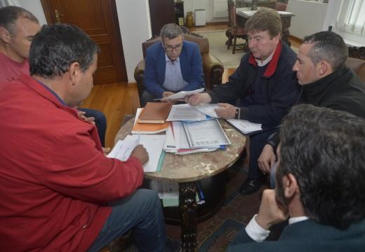 Reunión do alcalde cos patróns maiores de Aguiño e Riveira polo conflito do Carreiro