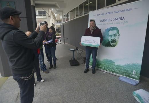 Photocall ante o concello de Manuel María