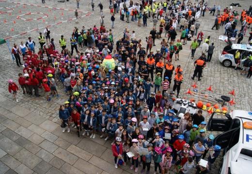 Trescentos escolares de Primaria participaron este venres nunha xornada sobre seguridade viaria na praza do Obradoiro