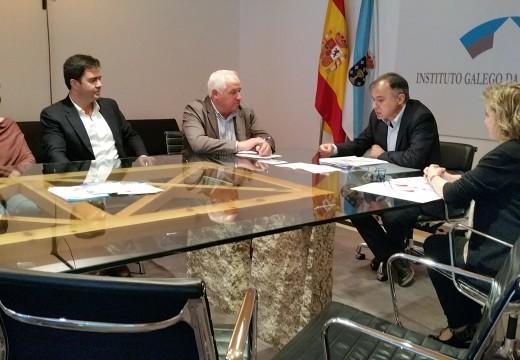 A Xunta explica ao concelleiro de Servizos Sociais de Cambre o funcionamento do Programa de Vivendas Baleiras