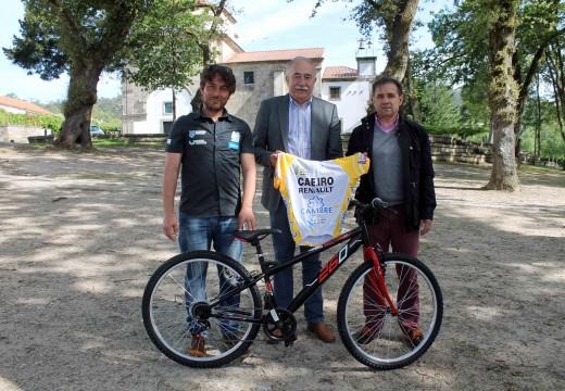 Entrega solidaria dunha bicicleta do Clube Ciclista Cambre a un rapaz de Brión