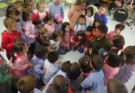 Axentes forestais ensinan aos nenos e nenas de Touro a cuidar os nosos bosques e ríos