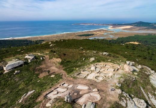 O concello de Riveira organiza visitas guiadas polo entorno do parque de San Roque, o castro da Cidade e Pedra da Ra