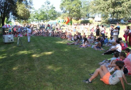 Máis de 500 veciños e veciñas participaron na festa do Día do Neno de Frades, con inchables, tren turístico, xogos, maxia e festa da escuma
