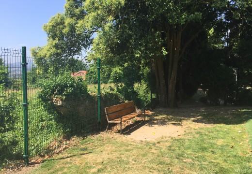 Reparan o valo que separa o parque infantil do centro de Cambre