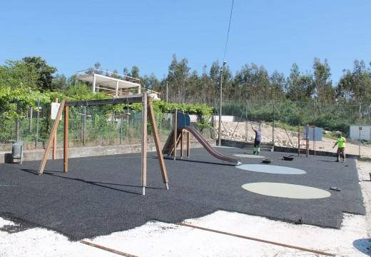 O Concello de Brión inviste 25.000 euros na instalación de pavimento continuo no parque infantil da aldea de Guitiande