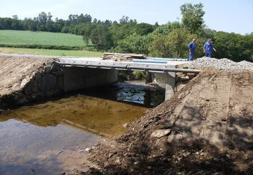 A ponte sobre o río Beseño, no Concello de Touro, estará lista para o seu uso nos próximos días