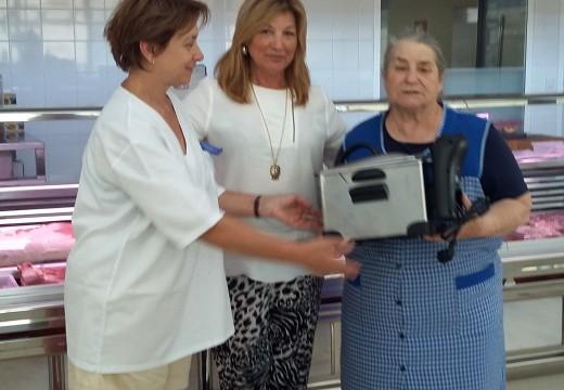 Unha gañadora no sorteo dunha fritideira eléctrica no Mercado Municipal de Palmeira