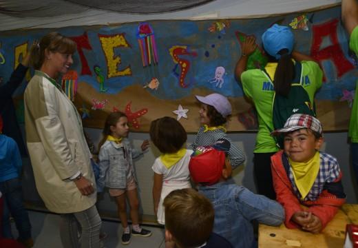 Nenos do Obradoiro Xoga con Nós instalan un cartel de 14 metros de longo sobre Artemar na carpa gastronómica da feira