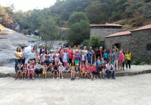 A excursión aos Muíños da Barosa e a Combarro reuniu a 55 veciños/as de Frades