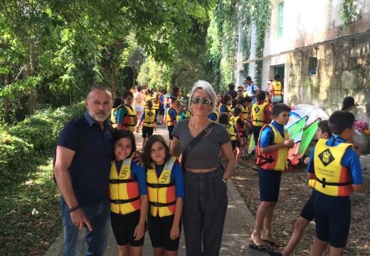 Medio centenar de mozos cambreses didfrutan dun campamento na illa de San Simón