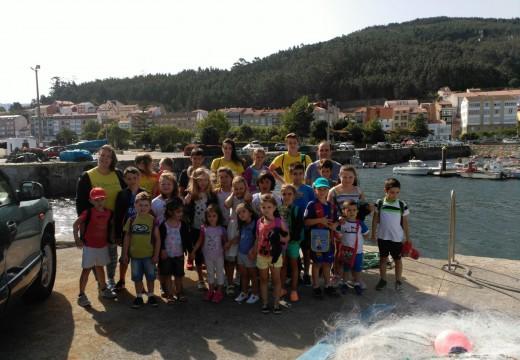 25 nenos e nenas de Frades visitaron onte Porto do Son dentro do programa 'O sabor da aventura está no mar'