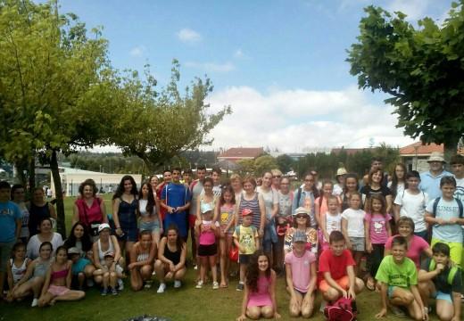 63 nenos e nenas de Frades participan na excursión ao Aquapark de Cerceda