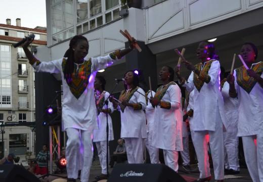 Os riveirenses respostaron coa súa masiva presenza ao concerto do grupo de Costa de Marfil Saint Luc de Banabakintu