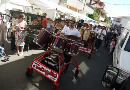 Centos de veciños y visitantes, na 'Feira dos Emigrantes' de Touro