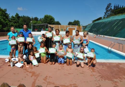 O Concello de Frades pecha a tempada de piscina coa entrega dos diplomas de natación a 25 persoas
