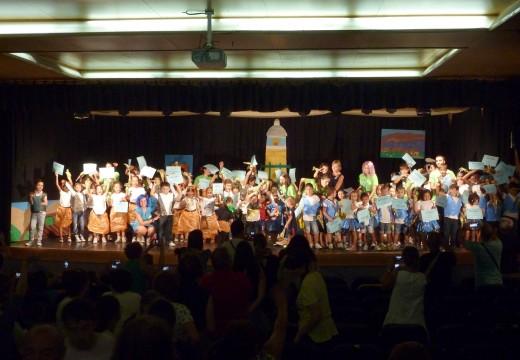 Máis dun cento de rapaces actuaron na gala de clausura do Verán Cultural de Riveira