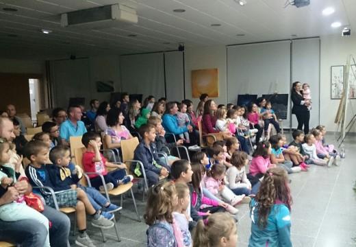 """O """"Outono Cultural"""" de Oroso abre as súas portas con case duascentas persoas en dúas sesións de maxia e teatro infantís"""