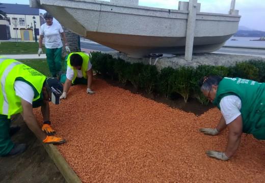 Alumnos de xardinería do obradoiro de emprego Tahume 3 melloran cos seus traballos o parque Pedra Pateira
