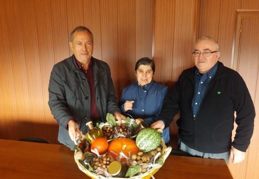 Touro entrega a cesta dos productos do outono e elixe á gañadora co Concurso de Tapas
