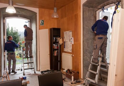 O Concello de San Sadurniño substitúe varios ventanais da sede municipal para mellorar a súa eficiencia enerxética