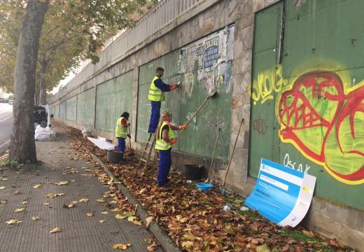 A Brigada de Obras do Risga limpa o mobiliário público na Barcala