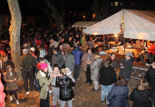 Centos de veciños e veciñas degustaron máis de 180 quilos de castañas, 150 litros de chocolate e milleiros de churros no magosto de Brión