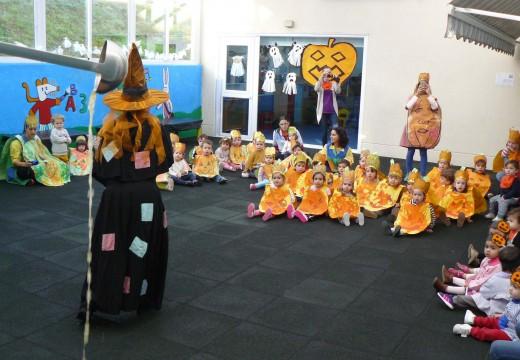 Os meniños da gardería municipal de Brión celebran a festa do Samaín cuns disfraces de cabazas elaborados por eles mesmos