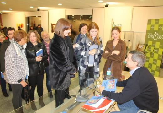 """Máis dun cento de persoas arroupan a Constantino Cuesta na presentación do seu terceiro libro: """"Una jaula de chiflados"""""""