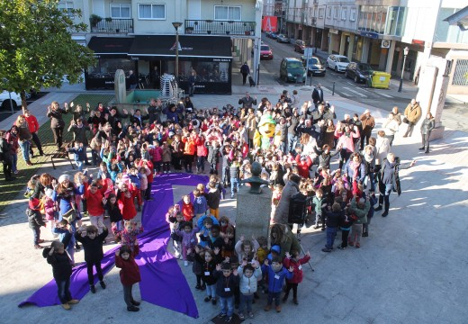 Máis de 200 nenos e nenas dos colexios de Oroso despregaron un lazo violeta contra a violencia de xénero diante da Casa do Concello
