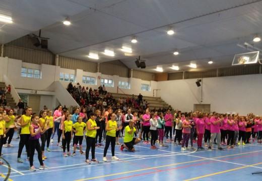 Máis de 500 persoas encheron o polideportivo Pilar Barreiro Senra de Lousame na masterclass de zumba a favor da ASGPOH