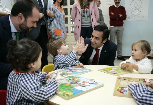 """Rey Varela reivindica """"a coordinación dos recursos autonómicos e locais"""" durante a sinatura dun convenio de colaboración para a mellora da escola infantil de Pontedeume"""