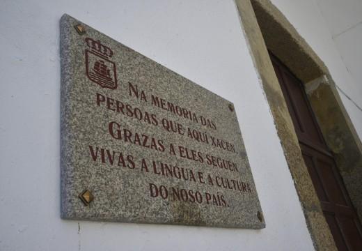 O concello honra o Día da Restauración da Memoria Lingüística de Galicia cunha placa no Cemiterio Municipal de Santa Uxía