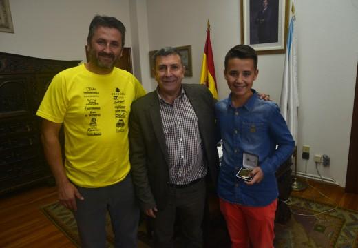 O alcalde recibe ao xoven piloto de motocross Toño Sampedro