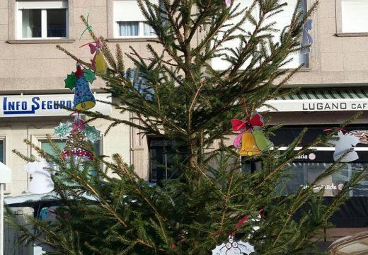 Árbores de Nadal decorados con traballos manuais