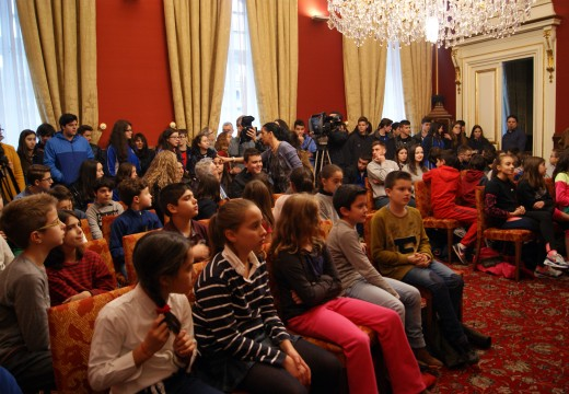 O Concello conmemora o 68 aniversario da Declaración dos Dereitos Humanos cun cento de nenos e nenas