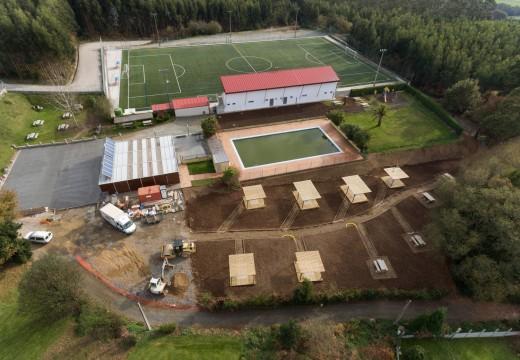 O contorno da piscina municipal de San Sadurniño empeza a mostrar a súa nova cara