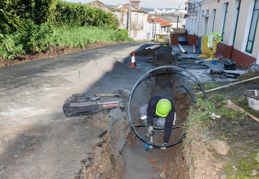 Fene repara o abastecemento de auga na rúa Riveiroa