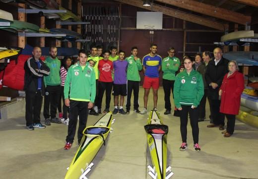 O Concello de Brión entrega 3 novas piraguas aos deportistas locais Luís Guilbert e Laura Ardións e ao club Ribeiras do Tambre