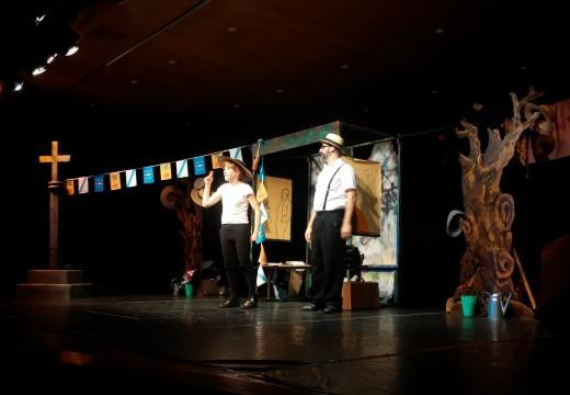 Centos de estudantes disfrutan da dobre función teatral no Auditorio de Riveira