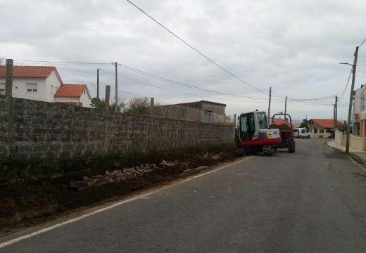 En marcha unha obra para instalar unha rede de pluviais e ampliar a calzada dun vial en Laxes na parroquia de Carreira