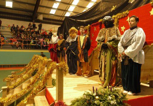 Os Reis Magos repartiron agasallos e visitaron o Belén Vivinte de Touro