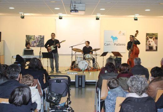 Máis de sesenta veciños e veciñas desfrutan do concerto de jazz e música galega dos profesores da Escola de Música de Oroso
