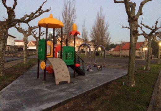 O concello mellora os parques infantís en Carreira, Sirves e Artes e instala dous parques de barras na cidade de Riveira