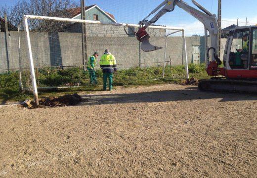 Arrancan as obras de remodelación do campo da Guía na parroquia de Carreira