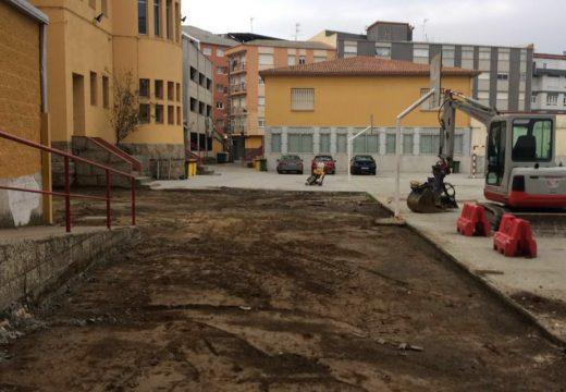 O concello promove unha actuación de pavimentación no patio exterior do colexio O Grupo de Santa Uxía de Riveira