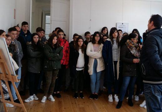 O analista Roberto Mansilla explícalle á mocidade o drama das nenas e nenos soldados