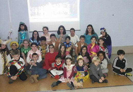 """Os nenos/as do Lousame Concilia asisten a dun pase privado de """"O baúl musical"""", que poderá verse este domingo na Casa da Cultura"""